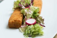 Fischstäbchen mit grünem Kopfsalat Stockfotos