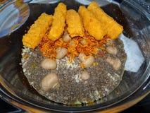 Fischstäbchen mit Reis und Chia Stockfotos