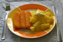 Fischstäbchen und Kartoffeln mit Majonäse Stockfotos