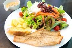 Fischsteak mit Salat Lizenzfreie Stockfotografie