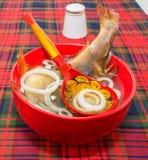 Fischsuppe in einer roten Schüssel lizenzfreie stockbilder