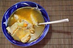 Fischsuppe in einer Schüssel von Talavera Stockfotografie