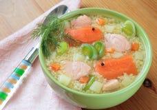 Fischsuppe mit Lachsen, Hirse Stockbild