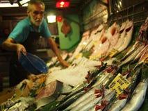 Fischverkäufer, der frische Fische verkauft Lizenzfreie Stockfotos