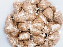 Fischzufuhrlebensmittel Kleine Fische ziehen herein die Plastiktaschen ein Fischzufuhr FO Lizenzfreies Stockbild