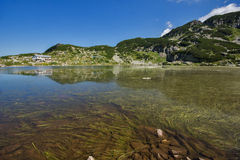 Fish湖和山小屋,七个Rila湖, Rila山 免版税库存图片
