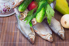 Fish and components for her preparation: vegetables, spices, par Royalty Free Stock Image