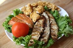 Fish on a salad with tomatoes