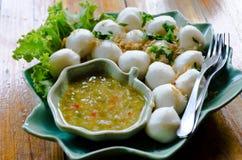Fishballs με τη βύθιση της σάλτσας Στοκ φωτογραφία με δικαίωμα ελεύθερης χρήσης