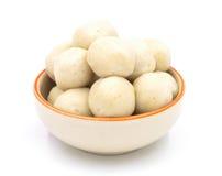 Fishballs na bacia cerâmica no fundo branco Fotografia de Stock Royalty Free