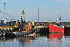 Fishboat και ρυμουλκό σε ένα λιμάνι Στοκ φωτογραφία με δικαίωμα ελεύθερης χρήσης