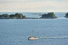 Fishboat chodzenie obok wysp Zdjęcie Royalty Free