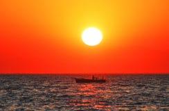 Fishboat en la puesta del sol Imágenes de archivo libres de regalías