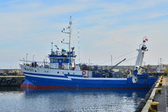 Fishboat i hamn Arkivbilder