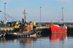 Fishboat och bogserbåt i en hamn Royaltyfri Fotografi