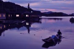 Fishboaten i solnedgånglaken Royaltyfri Foto