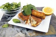 Fishcakes ed insalata Fotografia Stock