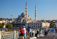 Fishemen на мосте Galata перед новой мечетью в Стамбуле Стоковые Изображения RF