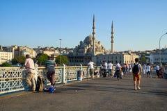 Fishemen на мосте Galata перед новой мечетью в Стамбуле Стоковые Фото
