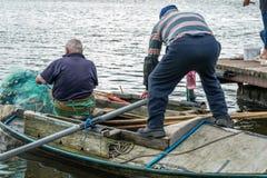 2 fishemen с маленькой лодкой, Poti, Georgia Стоковые Фотографии RF