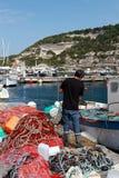 Fishemrnan assortissant ses filets photos libres de droits