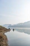 Fisher人和他的朋友,渔夫人的工具,他们使用这一个为他们的工作,在有雾 免版税库存照片