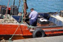 Fisher人工作在马德普拉塔por  图库摄影