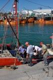 Fisher人工作在马德普拉塔por  免版税库存照片