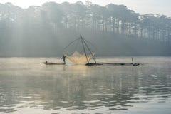 Fisher人鱼在湖渔夫人的工具,他们使用这一个为他们的工作,在有雾 免版税图库摄影
