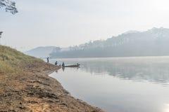 Fisher人鱼在湖渔夫人的工具,他们使用这一个为他们的工作,在有雾 图库摄影