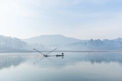 Fisher人 渔夫人的工具,他们使用这一个为他们的工作,在有雾 库存照片