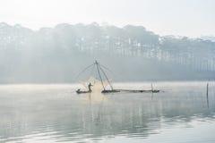 Fisher人 渔夫人的工具,他们使用这一个为他们的工作,在有雾 免版税库存图片