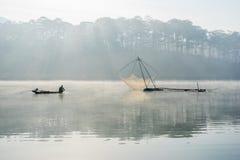 Fisher人 渔夫人的工具,他们使用这一个为他们的工作,在有雾 免版税图库摄影