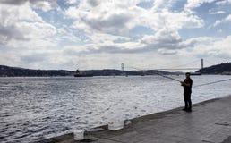 Fisher在伊斯坦布尔Kurucesme/Arnavutkoy地区  免版税库存图片