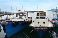 Fisher小船在卡瓦拉,希腊古镇的港口  库存图片
