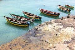 Fisher小船在Pedra Lume在婆罗双树海岛-佛得角怀有- 免版税库存照片
