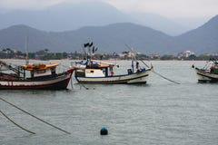 Fisher小船在Ubatuba,巴西 免版税库存图片