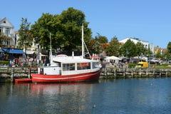 Fisher小船在Warnemuende港口  免版税图库摄影