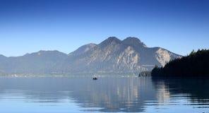 Fisher łódź na jeziorze zdjęcie royalty free