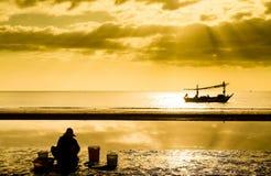 Fisher на пляже стоковое фото