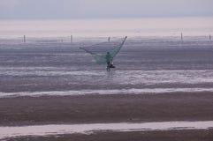 Fisher去钓鱼与巨大的捕鱼网 免版税库存照片