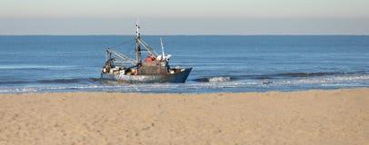 Fisher-Boot angeschwemmt in Noordwijk die Niederlande Lizenzfreie Stockbilder