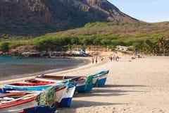 Fisher-Boote in Tarrafal setzen in Santiago-Insel in Kap-Verde auf den Strand Lizenzfreie Stockfotografie