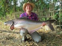 Fisher con il pesce gatto Immagini Stock Libere da Diritti