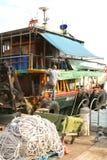 Fisher está reparando su barco en el puerto, Hong-Kong Foto de archivo libre de regalías