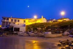 Fisher fartyg på kust på natten Arkivfoto