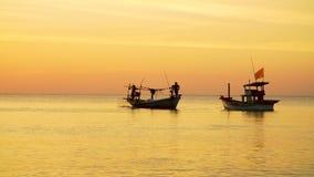 Fisher fartyg på solnedgången på horisonten stock video