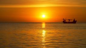 Fisher fartyg på solnedgången som svävar på horisonten stock video
