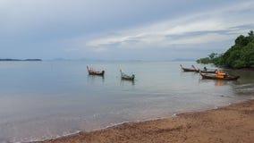 Fisher långa fartyg i Thailand kholanta royaltyfri bild