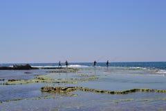 Fisher mężczyźni stoi przy wybrzeże krajobrazem Caesarea Maritima, morze śródziemnomorskie, Izrael obrazy stock